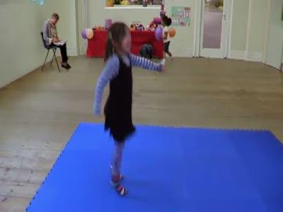Танец маленькой девочки
