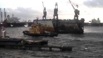 Плавучий док несет на нефтегавань в Одесском порту