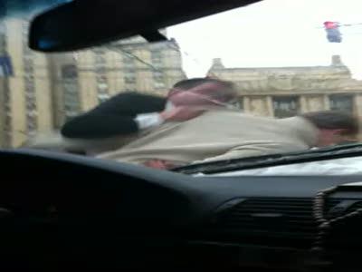 Разборка на дороге между быдлом и милиционером