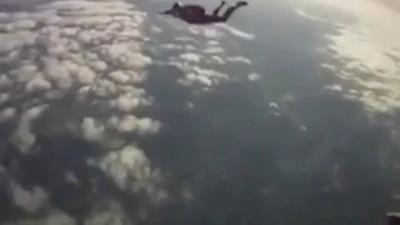 Инструктор спас падавшего на землю парашютиста