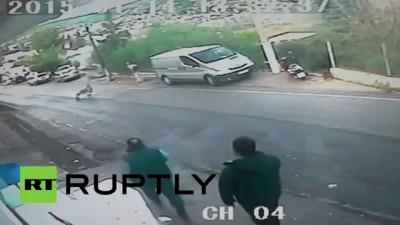 В Турции мужчина спас ребенка, остановив у обрыва катившуюся со склона коляску