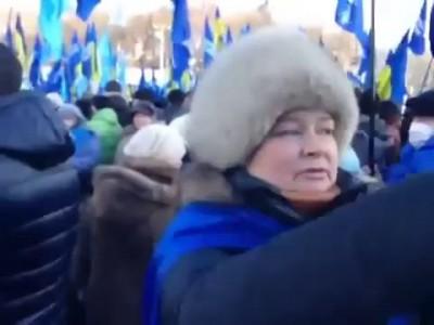 Женщина высказывает свое мнение о Евромайдане