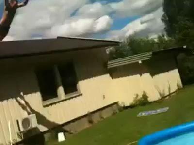 Сумасшедший прыжок с крыши в детский бассейнчик :)