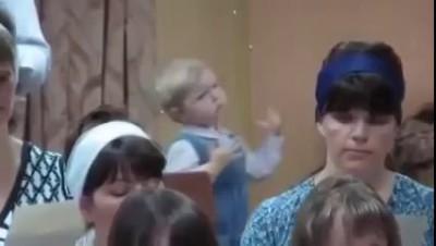 Девочка будущий дирижер)))