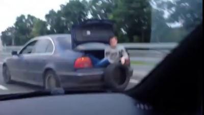Толкают машину