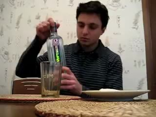 Чувак с Украины выпил 0,7 Хортицы     и пошел гулять =
