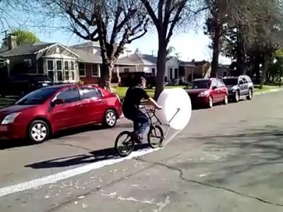 Необычный велосипед с лентой лопающихся пузырьков