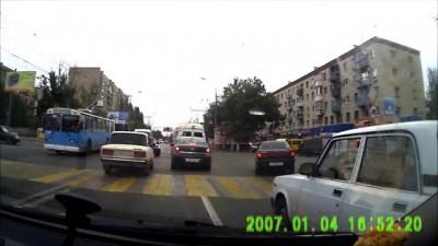 Девушка спешит на троллейбус