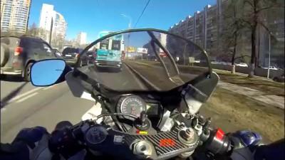 Вот почему не стоит ездить между рядами машин на мотоцикле