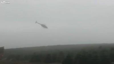 Вертолет грузит елки в грузовики! Невероятное мастество!