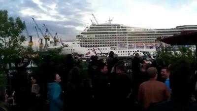В порту судно на гудело мелодию.