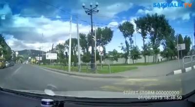 Разгневанный водитель по тротуару погнался за велосипедистом в Южно-Сахалинске