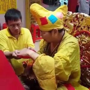 Китаец пьёт