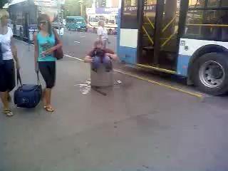 Пьяный мужчина угодил в урну