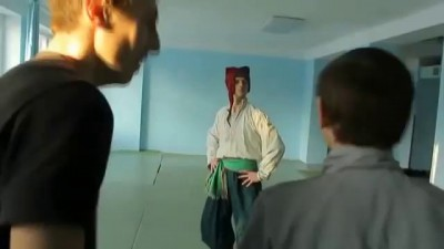 Используя технику боевой гопак, казак победил гопников