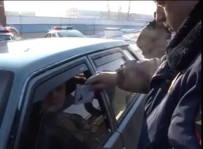 Насмотревшись в интернете роликов про попускалово гаишников, самоуверенный водитель решил покачать п