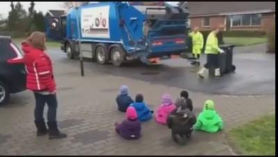 Дети пришли смотреть мусоровоз