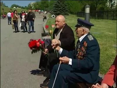 Что-то  не сходится между дедушкой ветераном и женщиной...