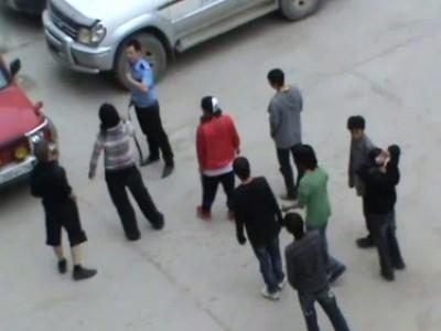 Подростки запинали охранника
