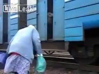 Поезд без платформы - бабушка решает проблему
