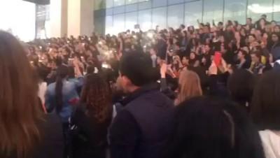Алматинцы исполняют песни Батырхана Шукенова. 29 апреля 2015