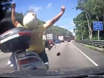 Нелепая авария скутера на хайвее в Гонконге