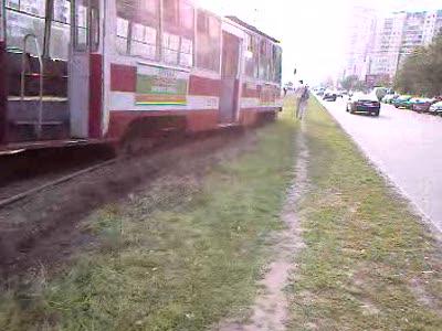 Трамвай сошел с рельсов в Питере