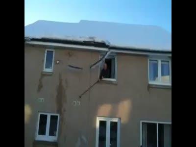 Уборка снега на крыше