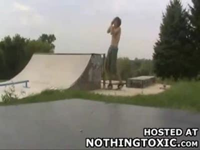 Неудачно прыгнул на скейте