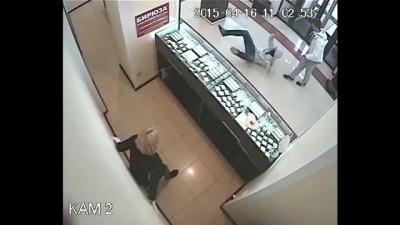 Парень вырубил грабителя в Челябинске, а потом спас ему жизнь