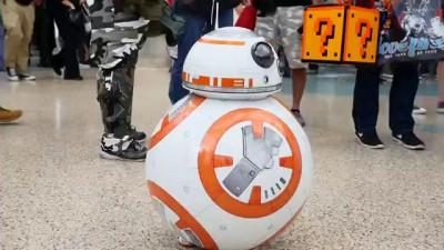 Косплей на робота BB-8 в исполнении маленькой девочки