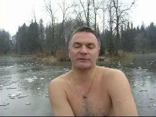 Опасно!Хождение по льду в 2 см!
