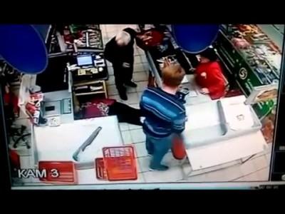 Молодой парень избил пожилую женщину на кассе. Сызрань