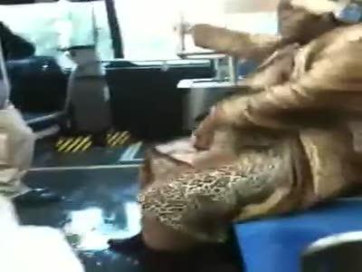 Танцующая негритянка в автобусе