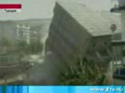 Кульбит в исполнении многоэтажки наблюдали в Турции