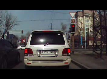 Алматы. ДТП на Абая - Розыбакиева, 21.03.2013 (prado vs. автобус)