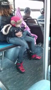 Женщина бросает своего ребенка и нападает на пассажира