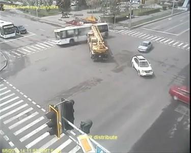 Автокран столкнулся с автобусом