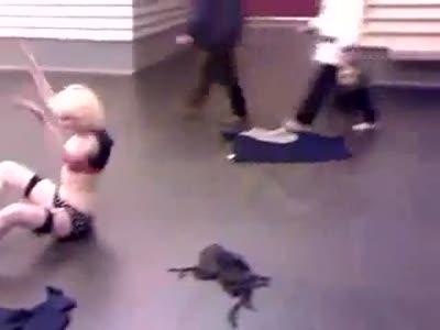 Пьяные девки в метро