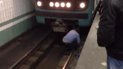Пьяный в метро на рельсах