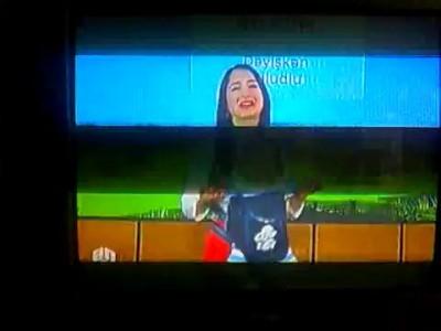 Телеведущая ведет эфир с ребенком