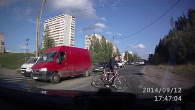 Надо на переходе с велосипеда слезать!