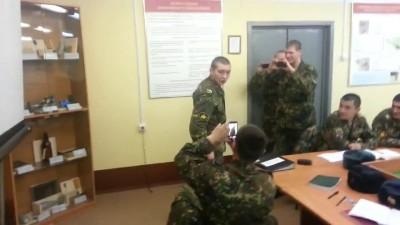 Спецназовец проверяет электрошокер