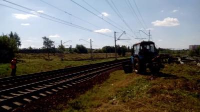 Трактор пересекает жд пути