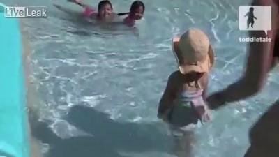 маленькая девочка и водные горки