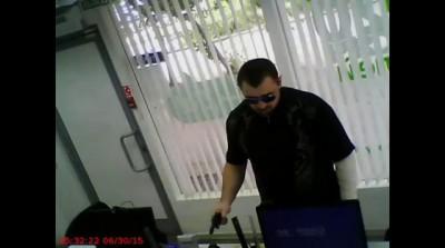Налетчик на помещение пункта микрозаймов в Октябрьском районе Екатеринбурга 30 июня 2015 года