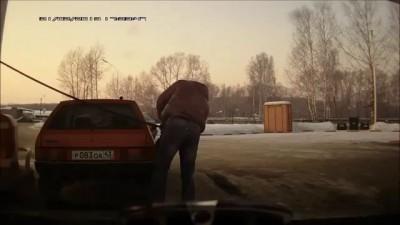 Силач на заправке перетащил автомобиль