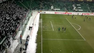Футболистов закидали снежками .