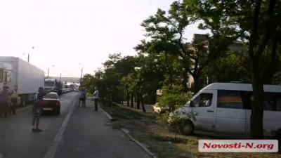 Видео Новости-N: Родственники военнослужащих перекрыли Варваровский мост: автомобили обьезжают