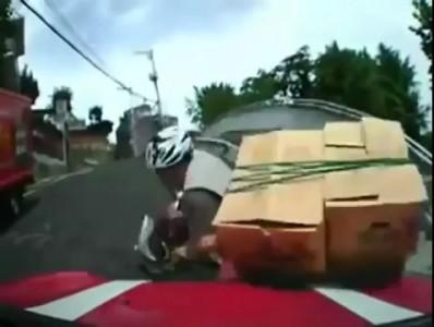Перегруженный скутер не выдержал нагрузки